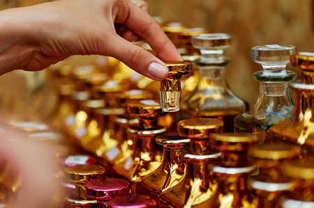 Frascos de perfume de vidrio a base de aceites. Un Bazar, mercado. Macro. Gamma dorado y rosado