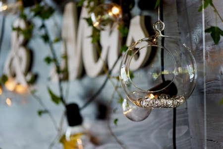 Die Dekoration der Hochzeit Bereich Braut und Bräutigam. Die Inschrift Herr Frau über dem Tisch. Standard-Bild - 85977731