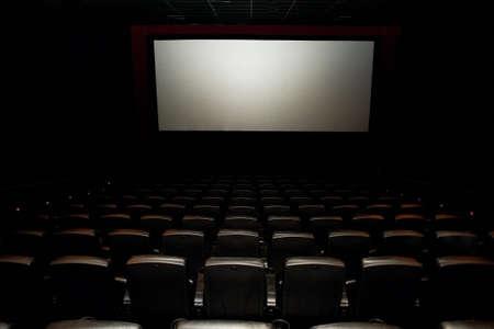 Een bioscoopzaal of een zaal voor evenementen met een scherm. Een aantal comfortabele leren stoelen. Veel Stockfoto