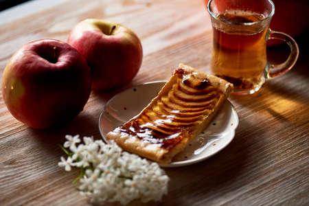 A delicious piece of Apple pie, red apples. Tea party. Foto de archivo - 123523165