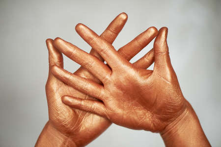 Yoga for hands is wise. Wise Cup chandman. Hands, in gold paint. Foto de archivo - 123525243
