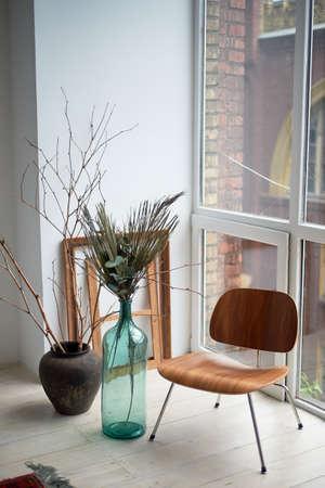 Rincón creativo en el estudio. Botella de vidrio verde para bodegones. Marcos vacíos, diseño de baguette.