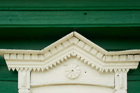 An old wooden house in a Russian village. Fragment of the tiles on the window. Historic building. Standard-Bild