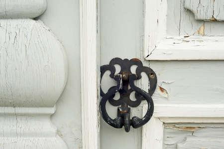 A kod pen on a gray door. Its a good old door. The historic center of the city. Russia. Standard-Bild