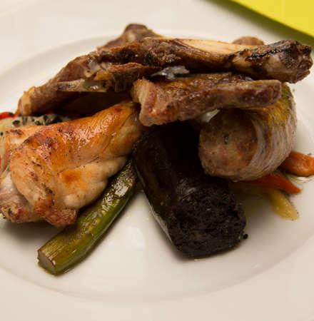 preparaba: Carne preparada en el plato