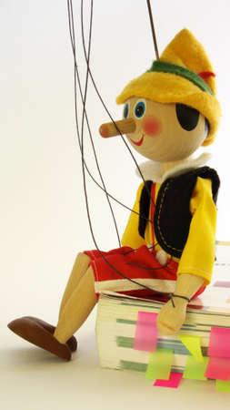 marioneta de madera: Sesi�n de t�teres de madera en un libro con fichas de colores