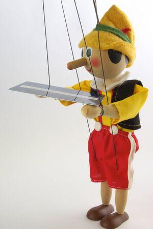 marioneta de madera: La madera es t�tere de nuevo a alguien fuera de c�mara con tarjeta de cr�dito