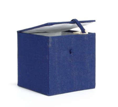 tare: A box on a homogeneous background. Ornamented blue cloth. Inside the white cloth.