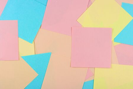 posting: Hojas de papel para notas. El modelo para la publicaci�n de sus im�genes o inscripciones.  Foto de archivo