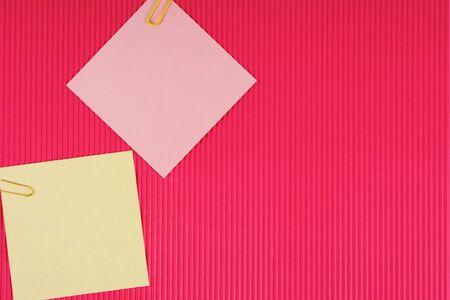 posting: Hojas de papel, clips. El modelo para la publicaci�n de sus im�genes o inscripciones. Foto de archivo