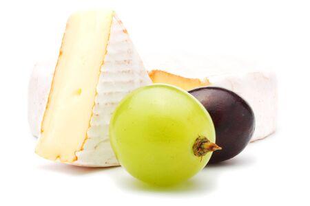 柔らかいチーズと作品と 2 つのブドウ。白い背景上に分離。 写真素材