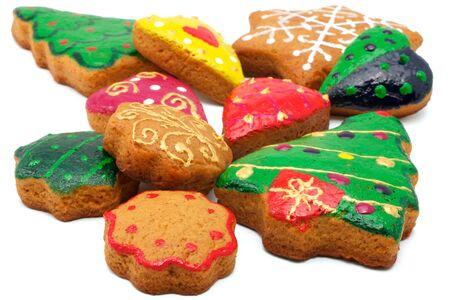 different shapes: Biscotti di Natale di forme diverse. Tutti i cookie sono colorati in modo diverso. Isolato su sfondo bianco.