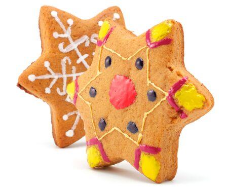 spicecake: Cookies de Navidad hechas en la forma de asteriscos. Asteriscos todos son de diferente color. Aislados sobre fondo blanco.