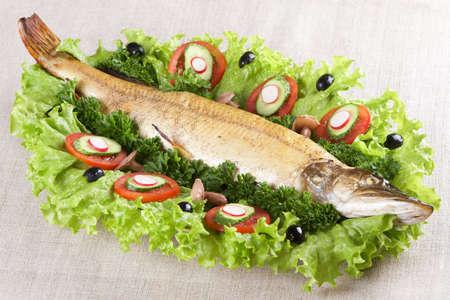 plato de pescado: Celebraci�n de los alimentos: el lucio de peluche