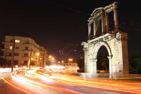 hadrian: Grecia, Atenas. Arco de Adriano en la noche Foto de archivo