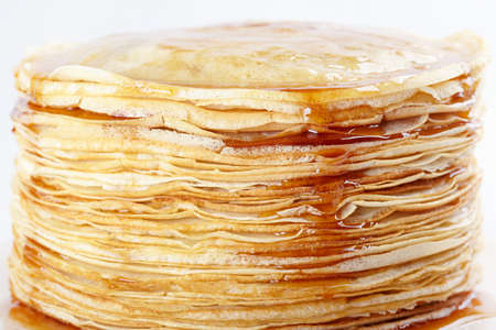 maslen: A stack of thin pancakes with honey