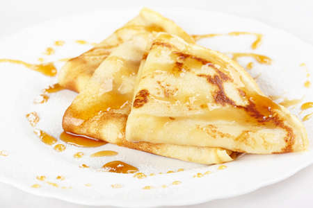 maslen: Thin pancakes with honey and powdered sugar