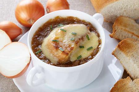 cebolla: Cocina francés. Sopa de cebolla sirve en una sopera blanco