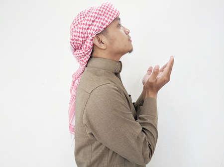 穆斯林人在祷告中举手