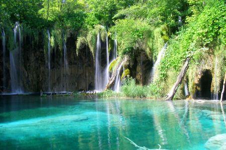 Chutes d'eau dans le lac du parc national de Plitvice, Croatie