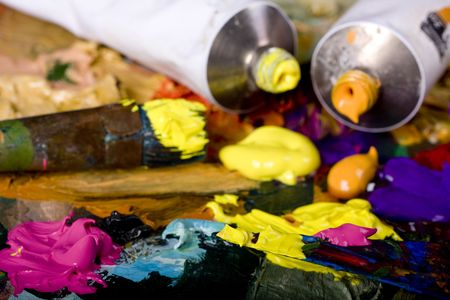 creativity artist: Equipos art�sticas: pintura, pinceles y cuchillos en pintan el fondo