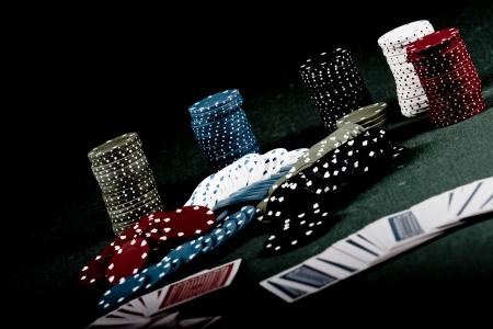 fichas de casino:  Fichas sobre la Mesa Verde de juegos de azar de Casino Foto de archivo
