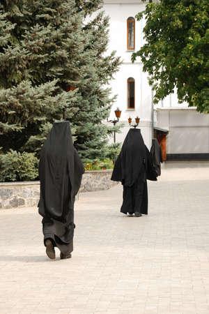 toog: De lopende monnik. De man in een soutane - de beginner van een man klooster