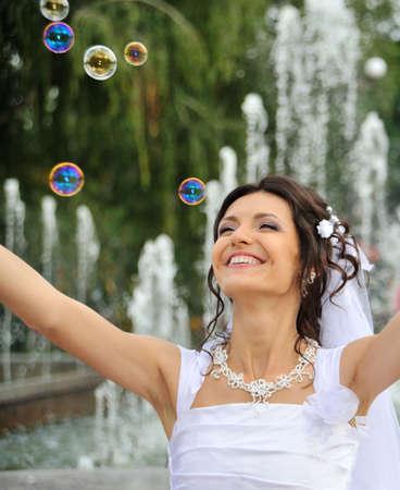 soap bubbles: Die Braut und Seifenblasen. Das junge M�dchen in einem Brautkleid.