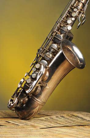 saxof�n: Saxof�n antiguo y notas. La situaci�n de instrumentos musicales en las notas con la m�sica cl�sica de principios del 17 siglos Foto de archivo