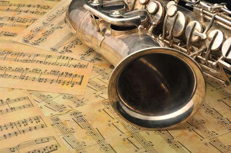 soprano saxophone: Saxofón antiguo y notas. El instrumento musical por el que se observa en la música clásica de principios del 17 siglos