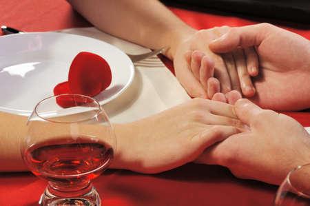 parejas enamoradas: Cena rom�ntica. A close up. Young el hombre hace la oferta a la chica.