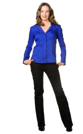 plan �loign�: La fille attrayante en pantalon et une chemise bleue fonc�e. Il est isol� sur un fond blanc
