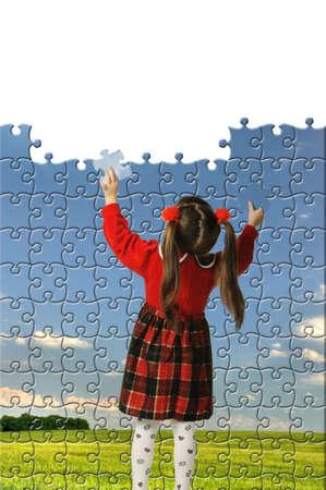 Das Mädchen zusammenstellen großen Puzzle. Landschaft auf einem Bild Standard-Bild