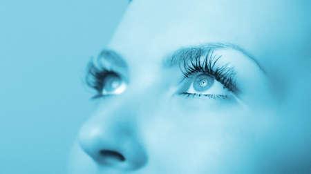 tonalit�: Gros oeil f�minin. Une tonalit� bleue. Focus s�lective