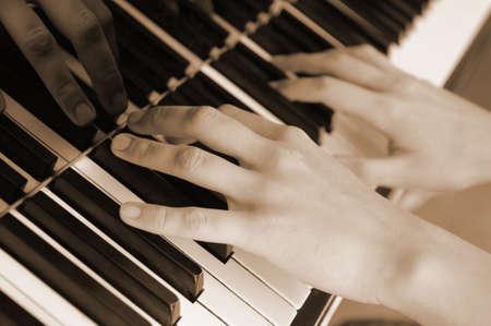 Manos por encima de las teclas del piano  Foto de archivo - 6985462