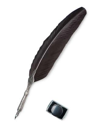 Una pluma pluma y tintero aislado en blanco
