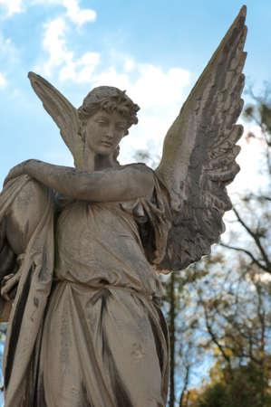 christian angel: Monumento a un �ngel en un cementerio. Desde su creaci�n en el cementerio de Lychakiv de 1787 Lvov, Ucrania  Foto de archivo