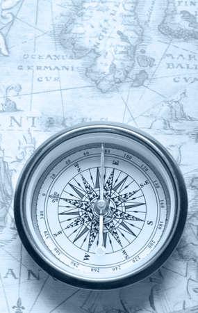 brujula antigua: Br�jula vieja en el mapa antiguo. Imagen de tonos azul