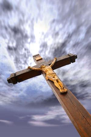 perdonar: La crucifixi�n de un �rbol con figura dorada de Jes�s. Drame cielo Foto de archivo