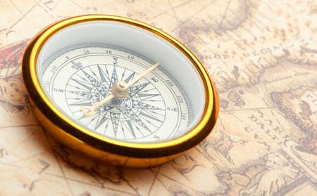 Brújula vieja en el mapa antiguo. Una brújula con la antigua imagen de una dirección Foto de archivo - 8591075