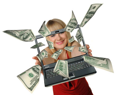 dinero volando: La mujer con el port�til en manos y mosca de d�lares. Se est� aislado en un fondo blanco