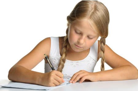 ni�os escribiendo: La ni�a escribe en cuadernos. La decisi�n de lecciones. Se est� aislado en un fondo blanco