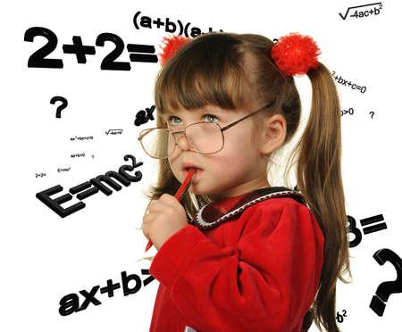 signos matematicos: La ni�a y f�rmulas matem�ticas. Se est� aislado en un fondo blanco