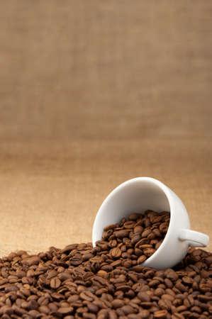 grains of coffee: Copa blanca con granos de caf�. Fondo grunge