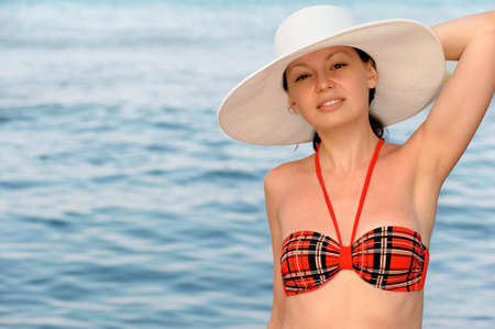 horizont: The girl in a hat against the sea