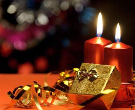 velas de navidad: Velas de Navidad y cajas de regalos. Una composición festiva