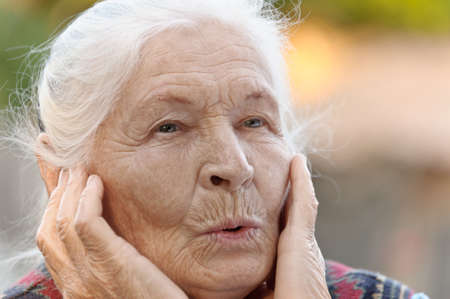 caras de emociones: Retrato de la mujer de edad avanzada. Una foto en el exterior Foto de archivo