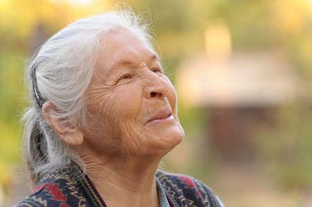 lachendes gesicht: Portrait der �lteren Frau. Ein Foto auf im Freien