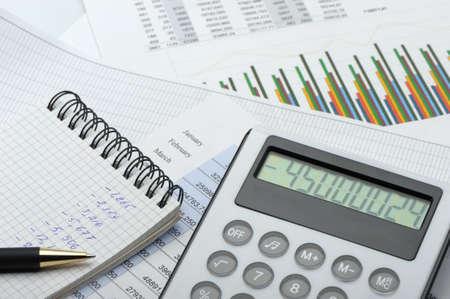 電卓: 電卓と、財務レポート。ビジネスマンの職場