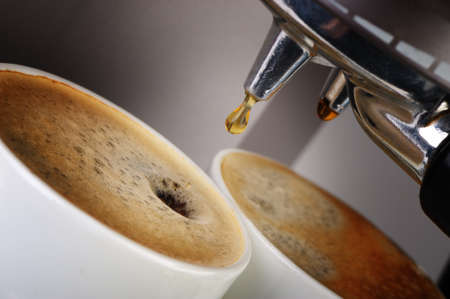 Koffiemachine espresso. Het proces van voorbereiding van de koffie. Een close up